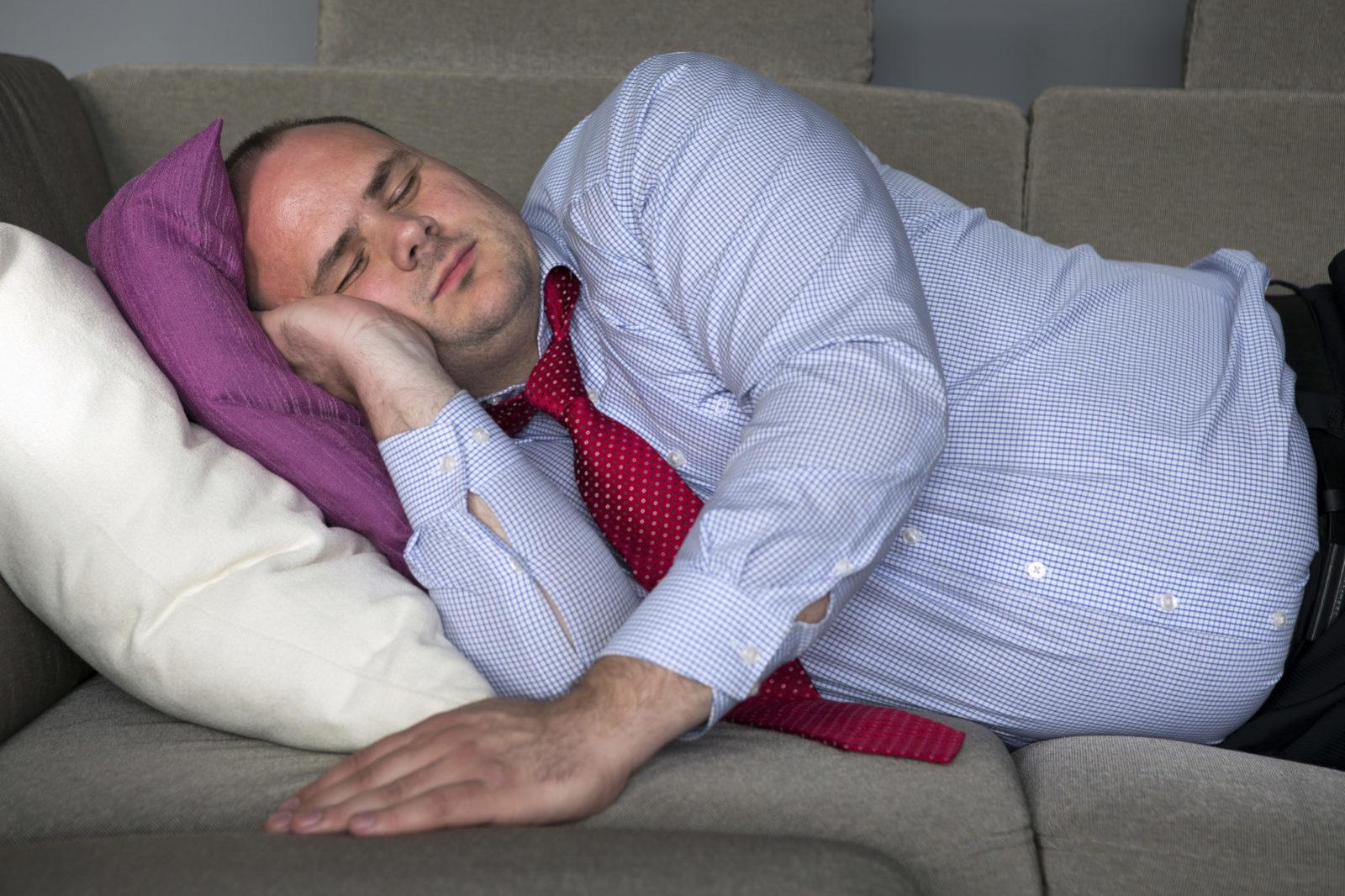 спящие на диване картинки образом